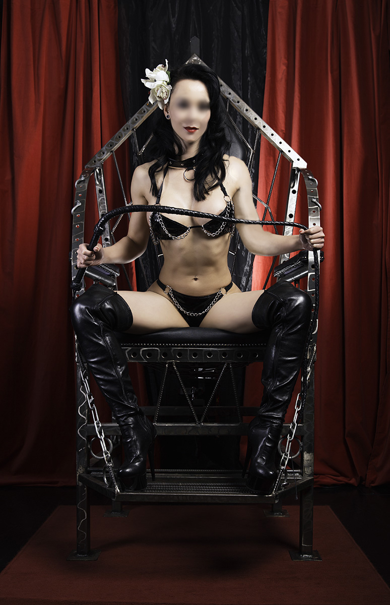 Sadie-Strumpet-Throne-1